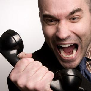 クレームを入れる怒った人 電話越し